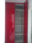 Ντουλάπα  με γυαλιστερά πορτάκια