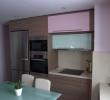 Κουζίνα με πορτάκια αλουμινίου και τζάμι
