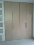 Ντουλάπα με πόρτες ανοιγόμενη